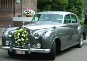 Rolls Royce bruidswagen bloemenversiering