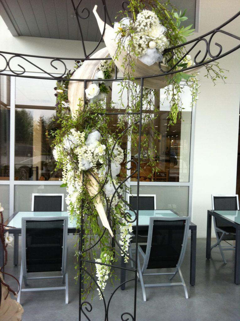 Verhuur Feestmateriaal Prieeltjes Partytafels met bloemversiering