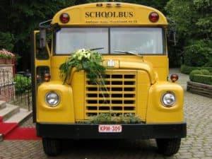 Amerikaanse schoolbus trouwbus bloemenversiering