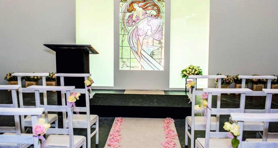 Verhuur Feestmateriaal Prieeltjes Partytafels Witte Kerkstoelen te huur