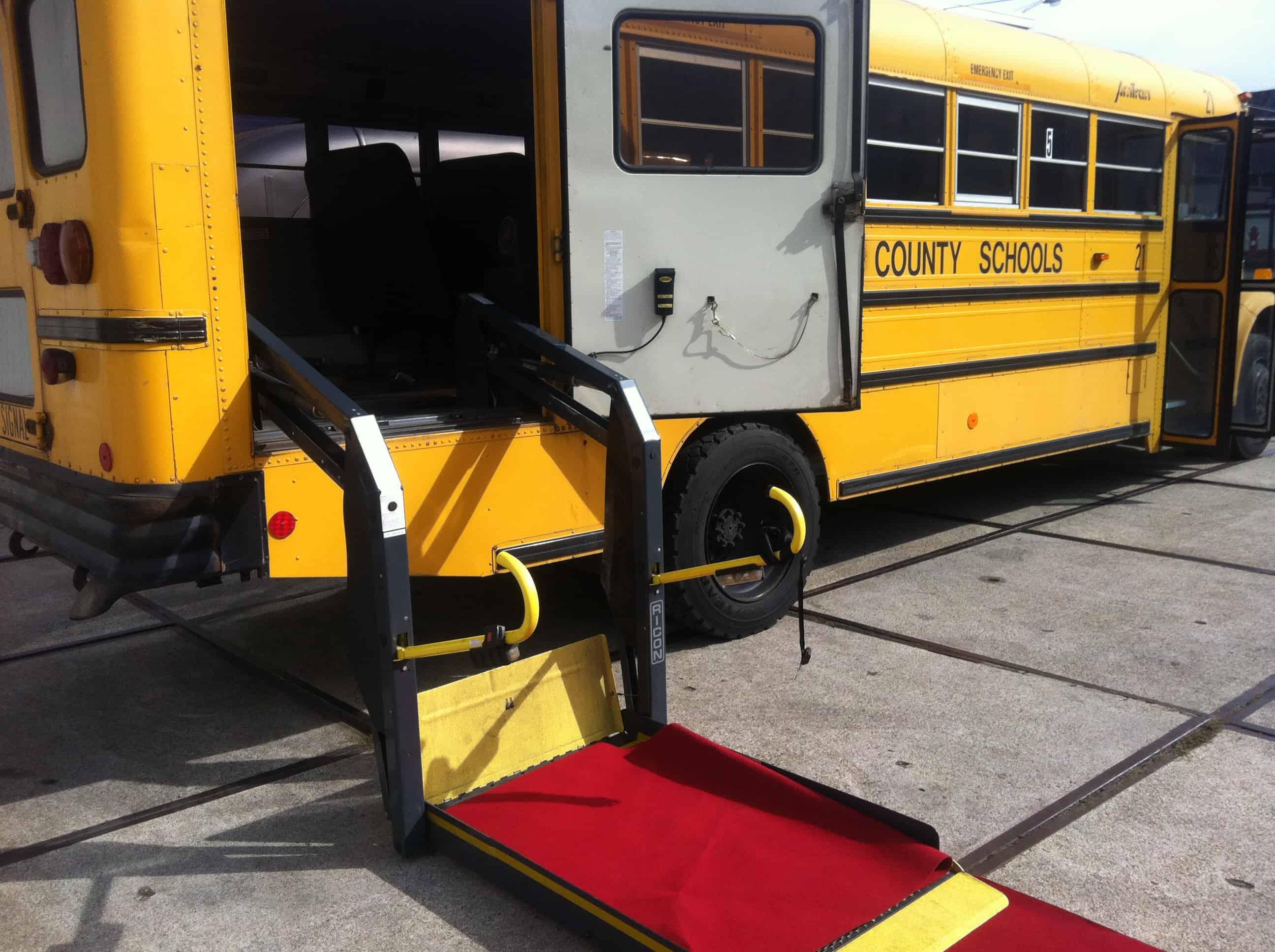 Amerikaanse schoolbus klein gezelschap Rolstoellift