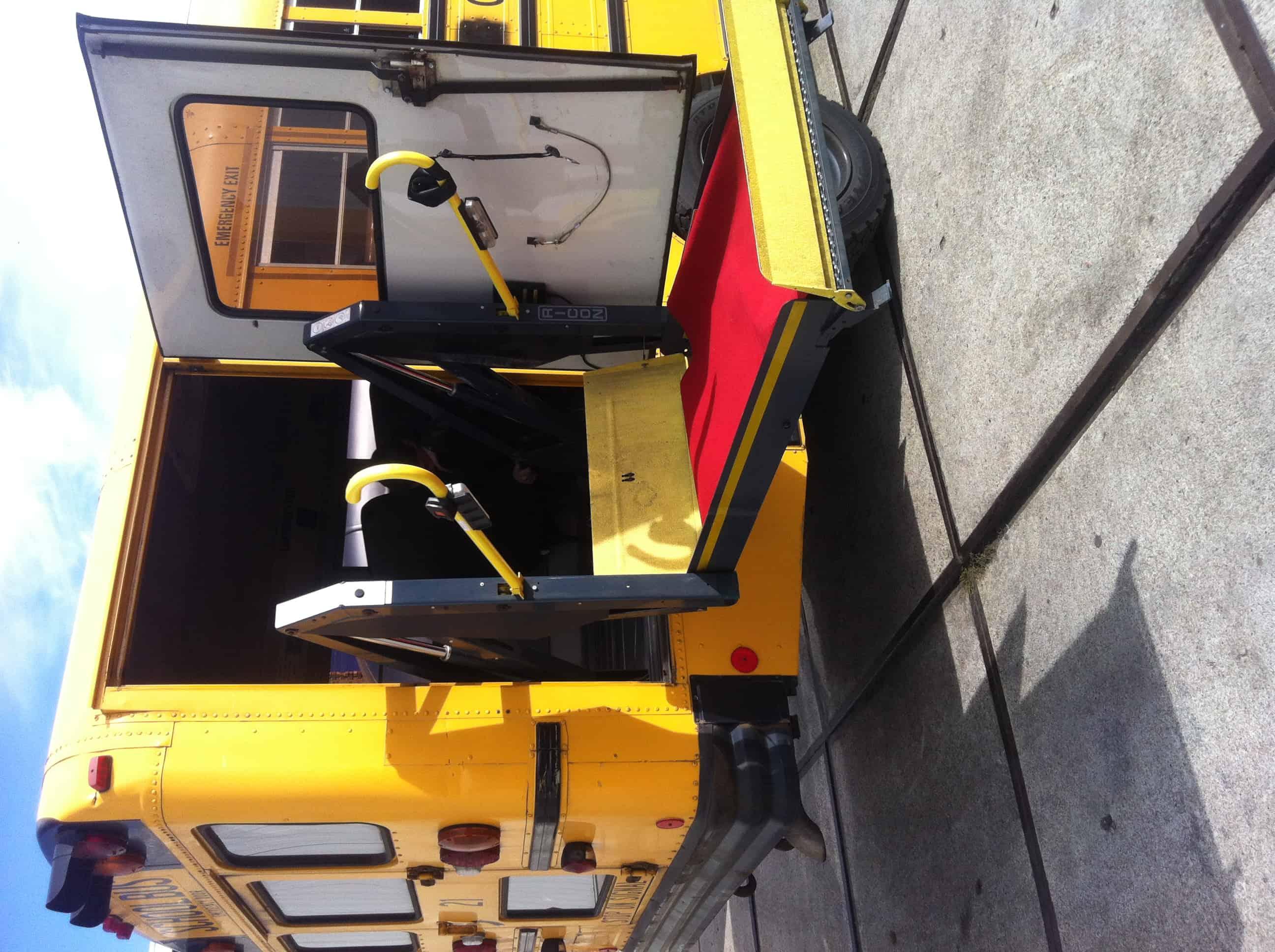 Amerikaanse schoolbus met rolstoellift gehandicapten