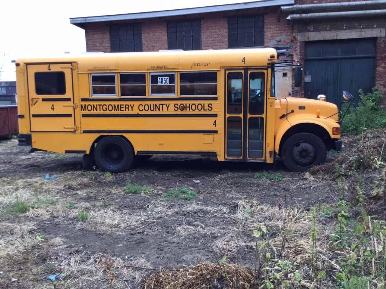 Amerikaanse schoolbus klein met Rolstoellift en originele banken