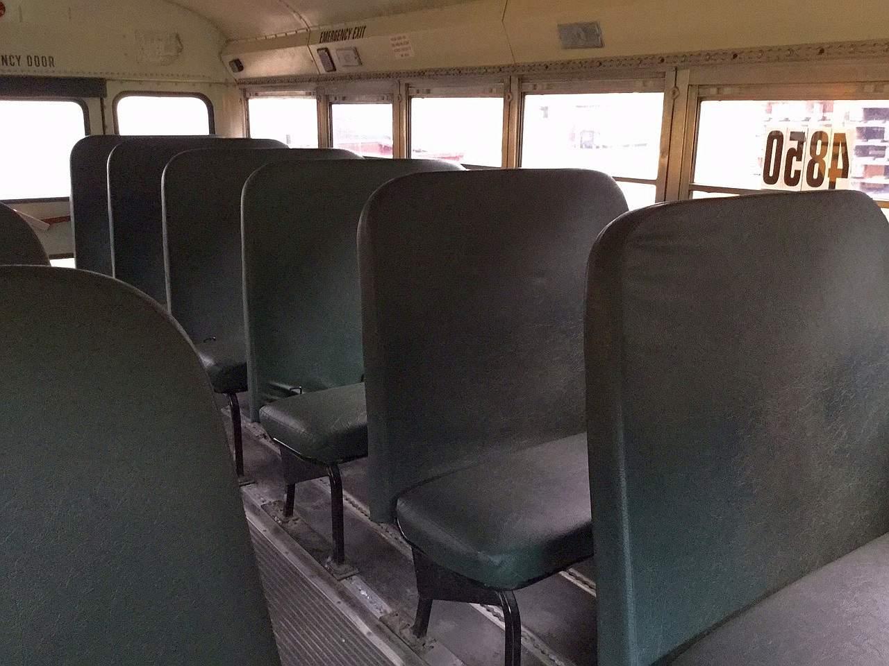 Amerikaanse schoolbus met Rolstoellift origineel interieur banken