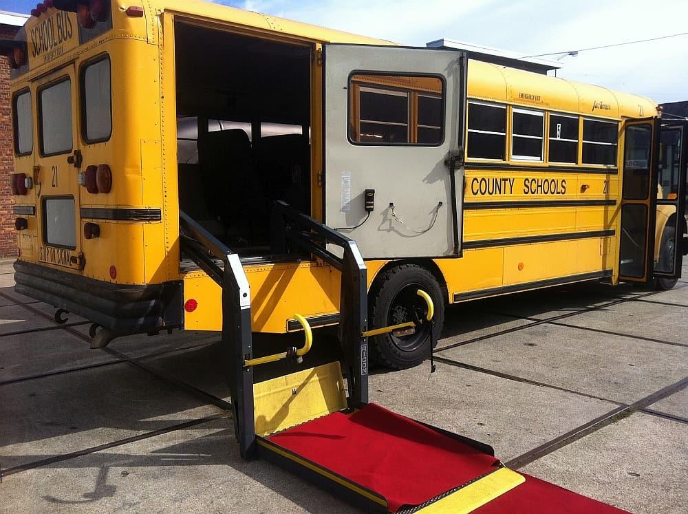 Amerikaanse Schoolbus Yellow American rolstoellift