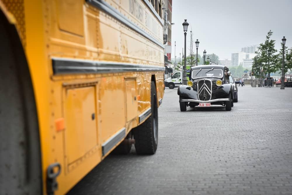 Amerikaanse Schoolbus met Citroën Traction Avant bruidswagen