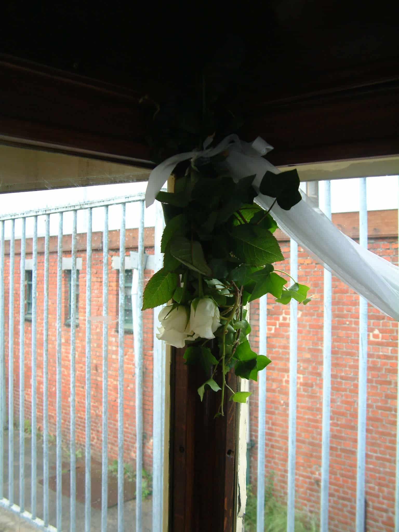 Ceremoniebus bloemenversiering raamstijlen