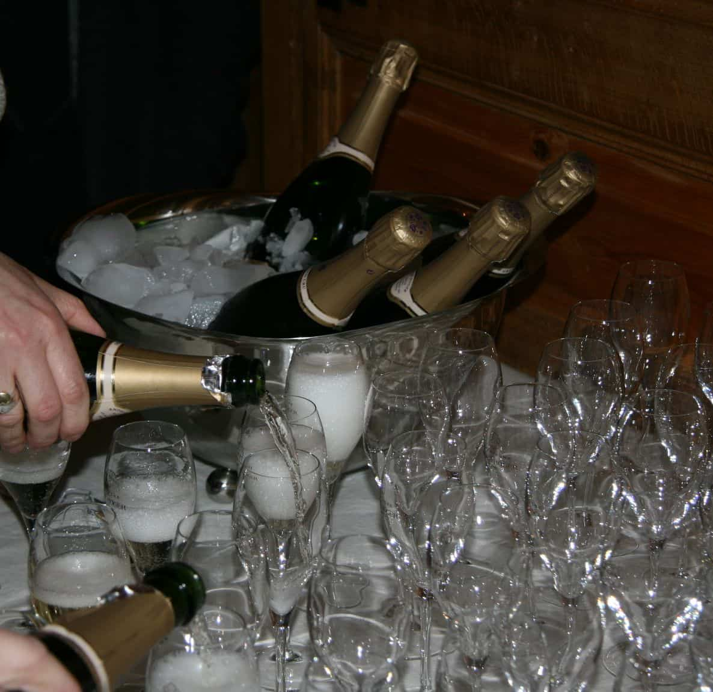 Receptie aan gemeentehuis of kerk champagne
