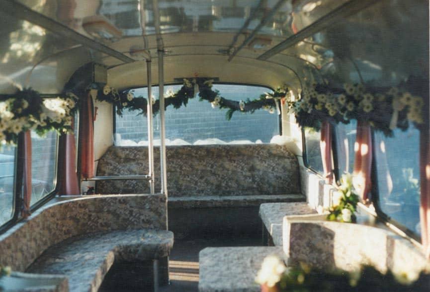 witte DAF-bus van 1981 partybus met gezellig saloninterieur