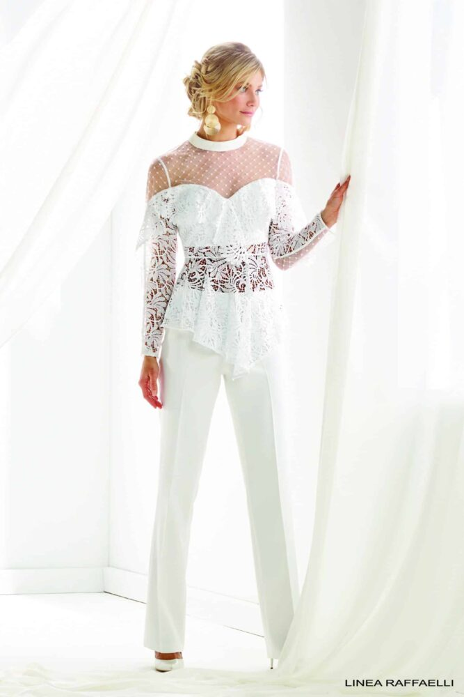 In onze Bruidswinkel Bruidsbroekpak jumpsuit Linea Raffaelli met crop top