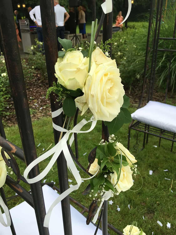 Prieeltje 2 zitbankjes bloemenversiering LR