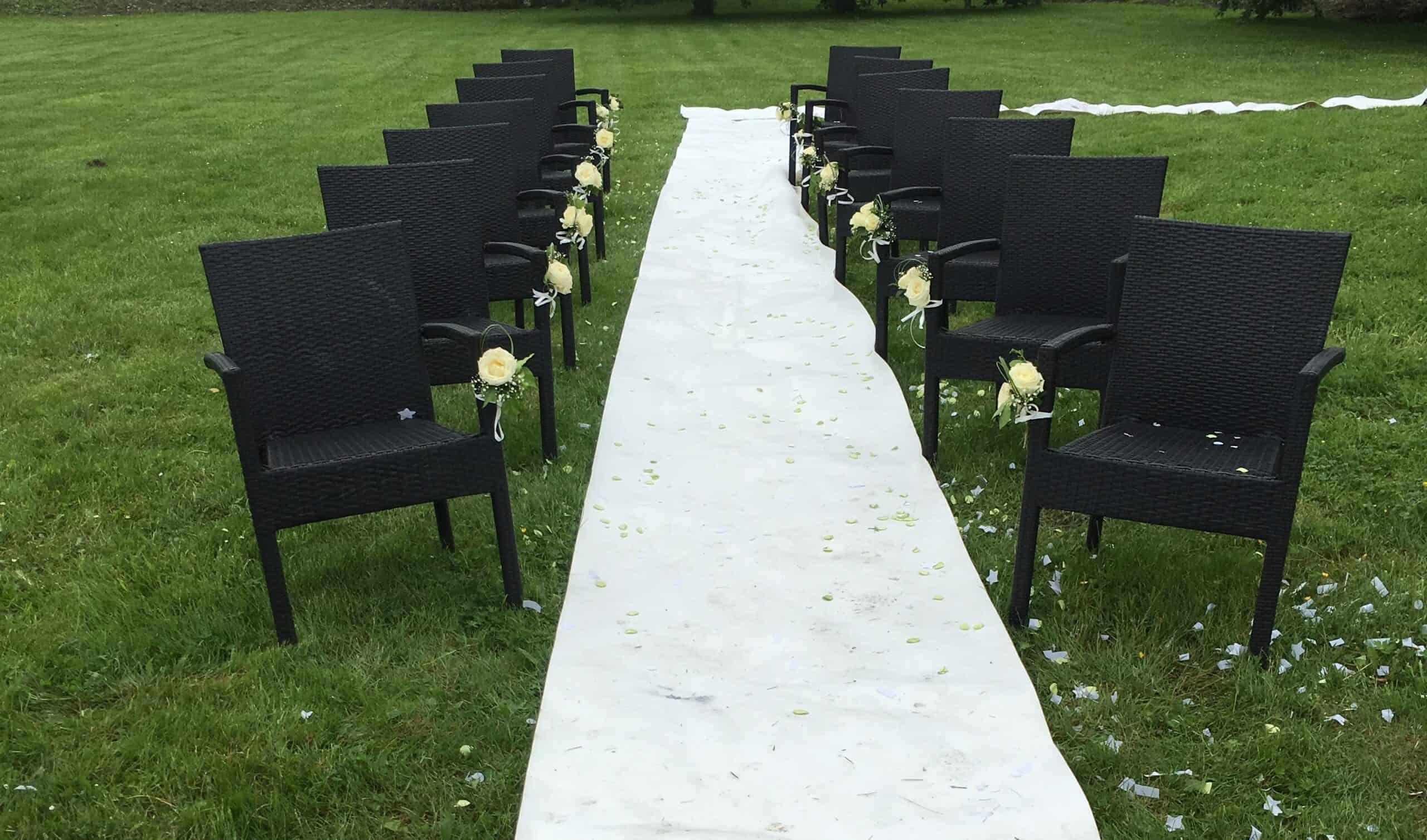 Verhuur Witte Loper met zwarte stoelen