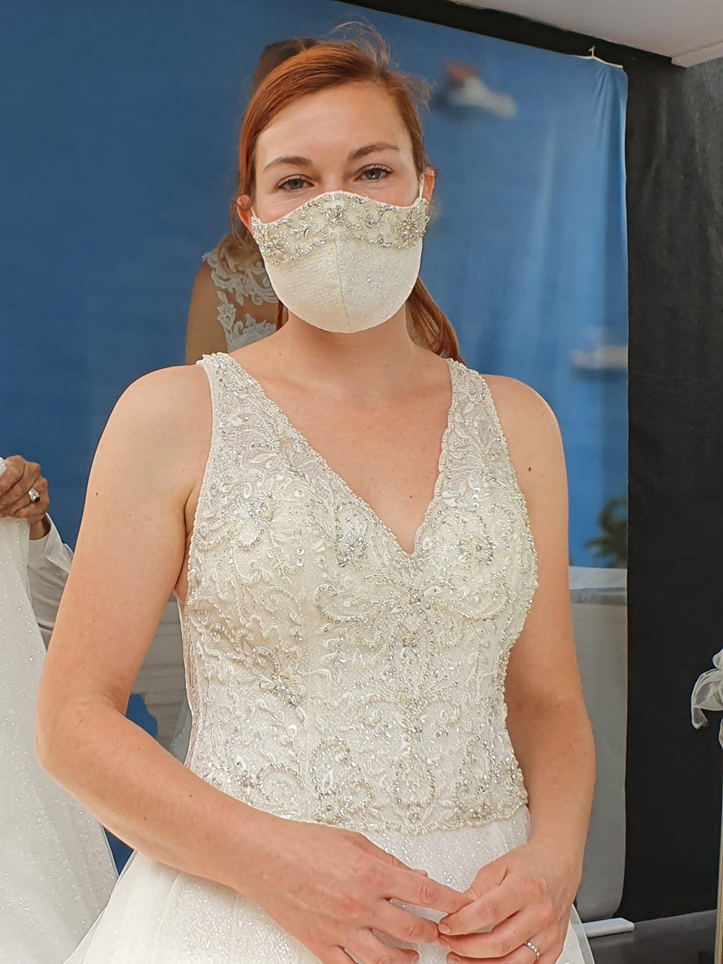 Feestelijke mondmaskers trouw bruid bruidegom suite