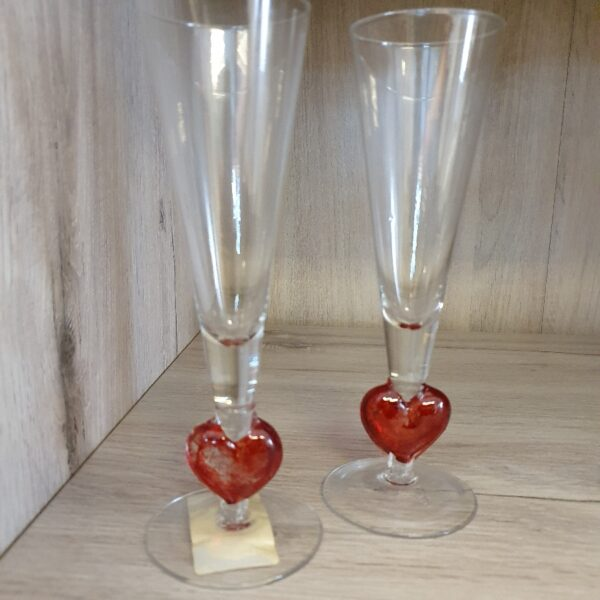 Twee Liefdesglazen voor Champagne met Rood Hartje op voet