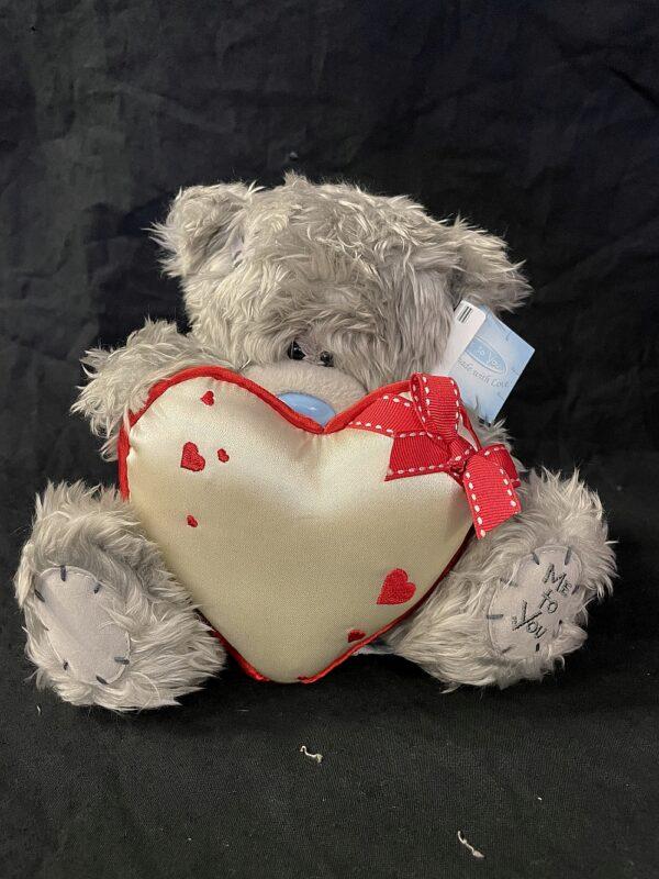 Beer MeToYou hart in ivoor met rode rand en rode strik, gedecoreerd met kleine hartjes, 20cm