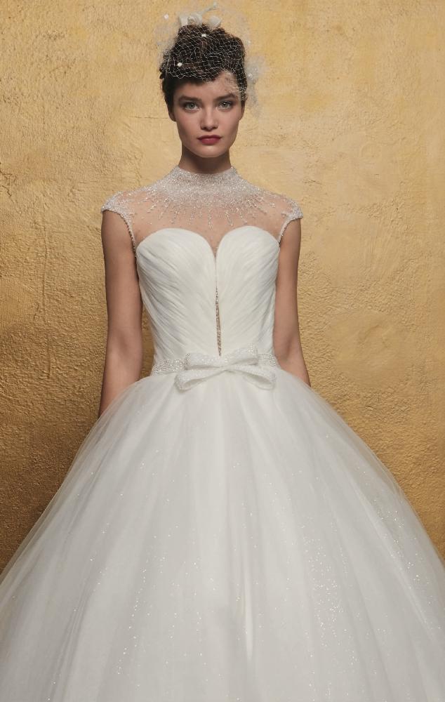 Romantische Prinsessenjurk met veel blinkjes op de brede tulen rok, met strikje en hoog gesloten hals