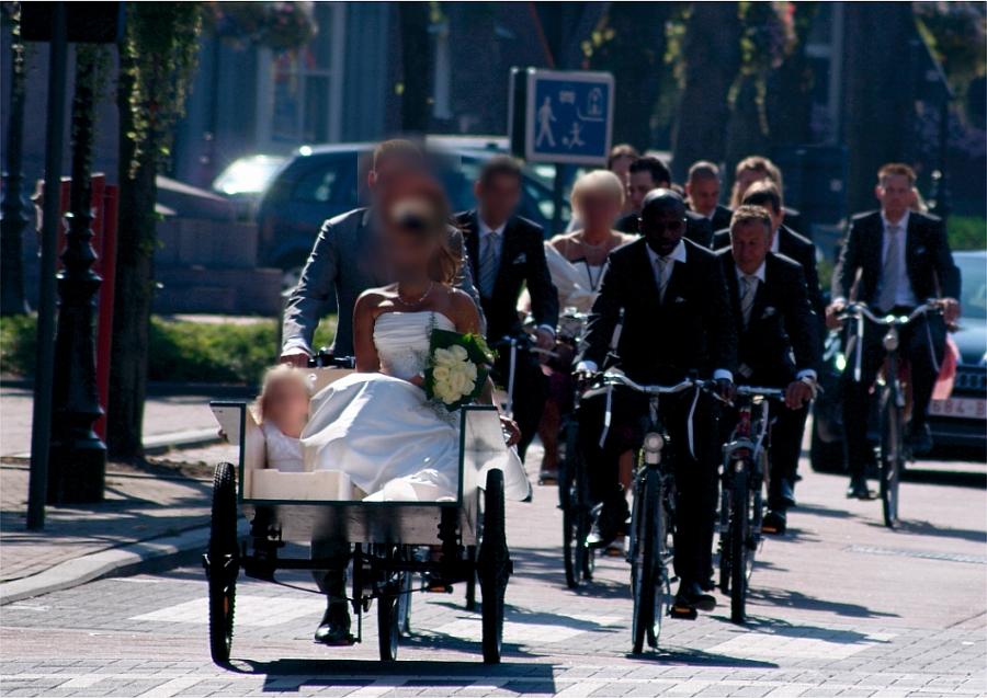 Retro Platte Bakfiets voor bruidspaar en fietsen gevolg