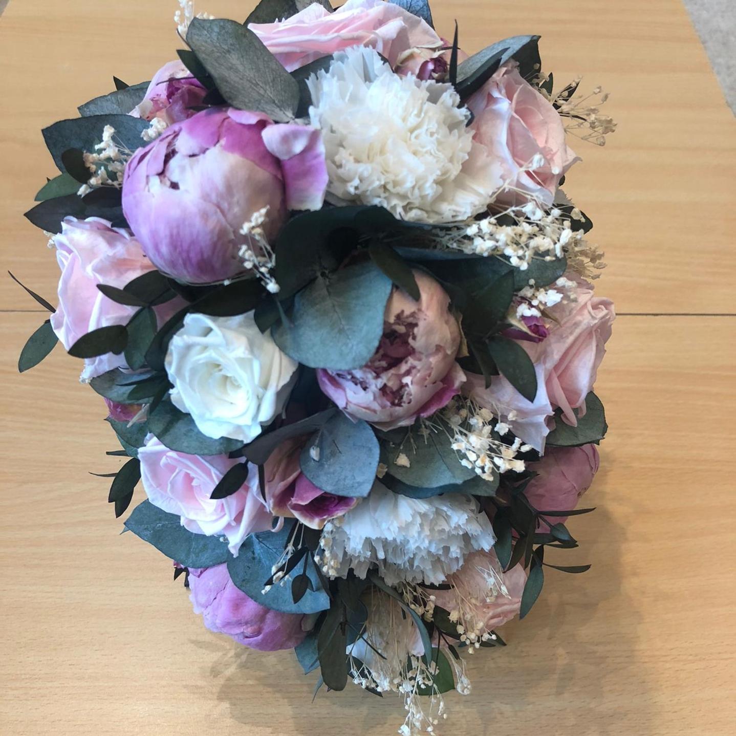 Bruidsboeket gevriesdroogde droogbloemen met roze Pioenen